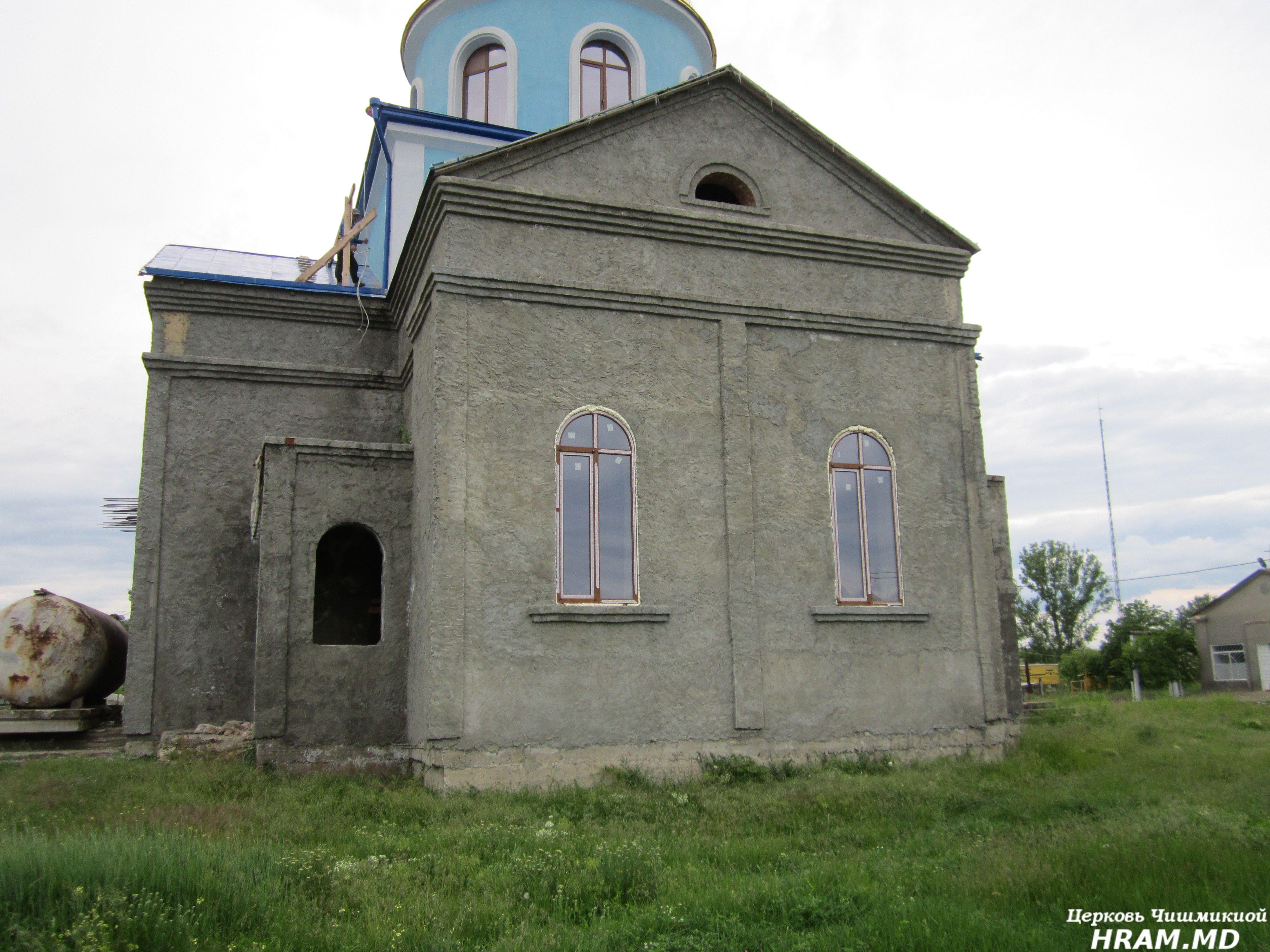 В строящимся храме села Чишмикиой установили окна