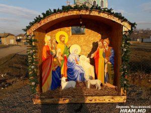 В Чишмикиое установили Рождественский вертеп у храма