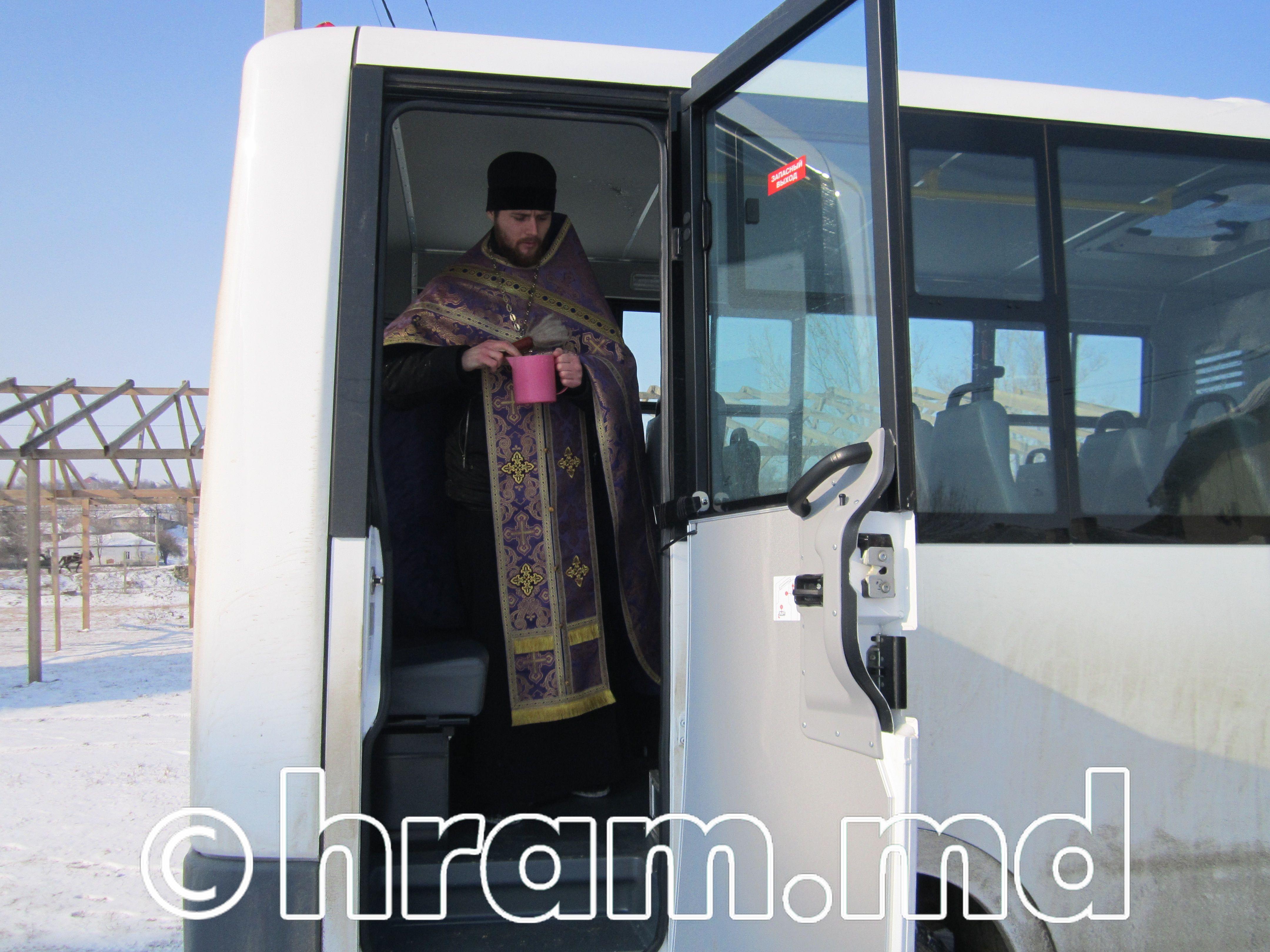В селе Чишмикиой освятили новый автобус для детского сада