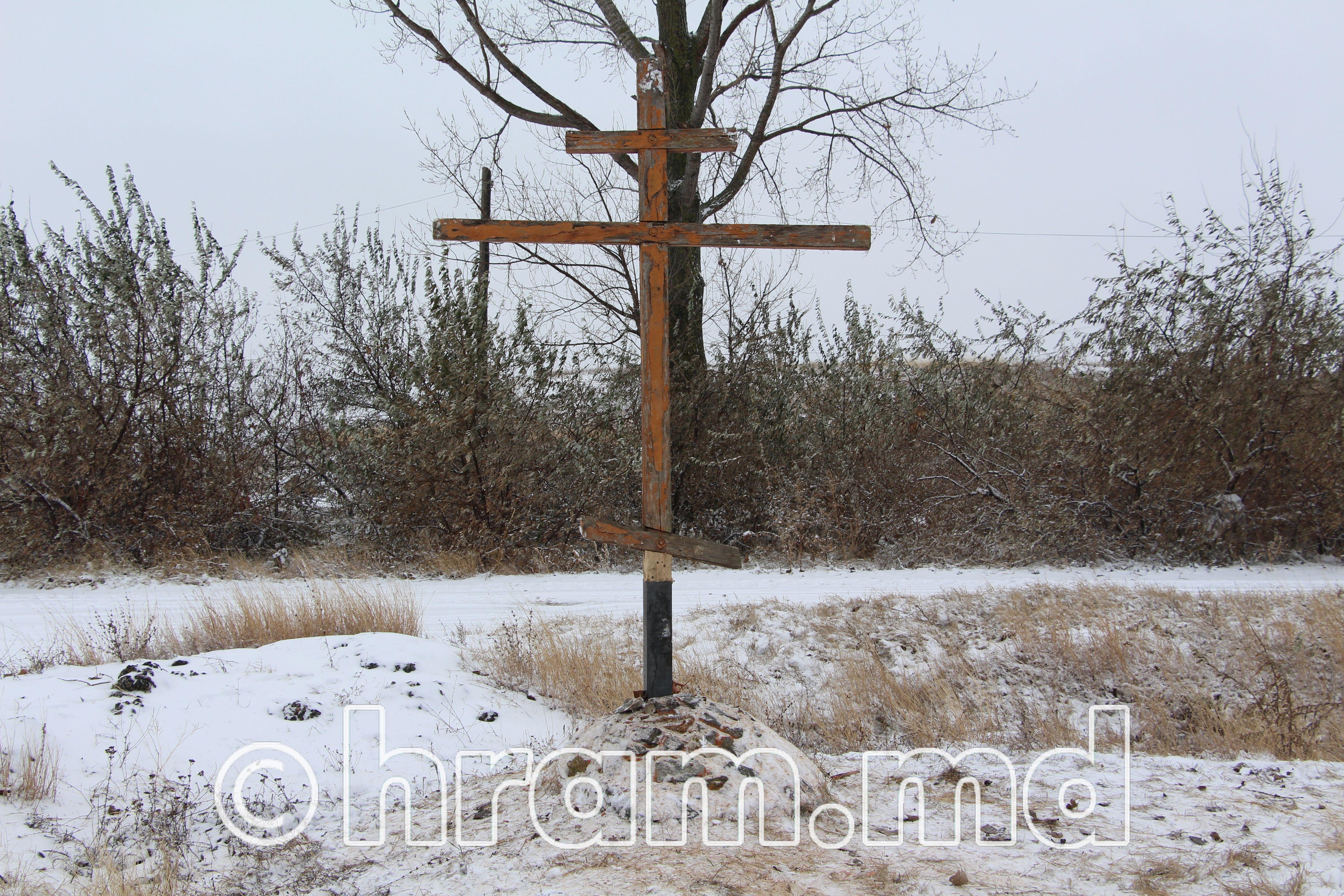 В селе Чишмикиой установили временно срубленный крест